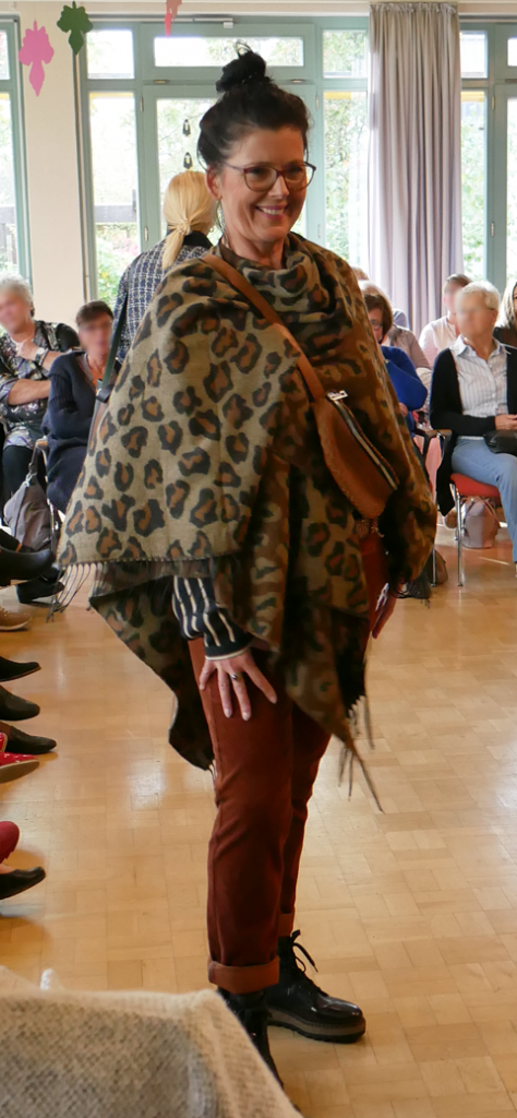 Model mit Leoparden Tunika